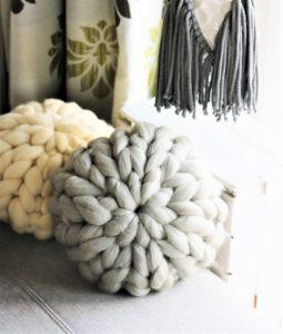 Poduszki z wełny czesankowej idealnie pasują do salonu!